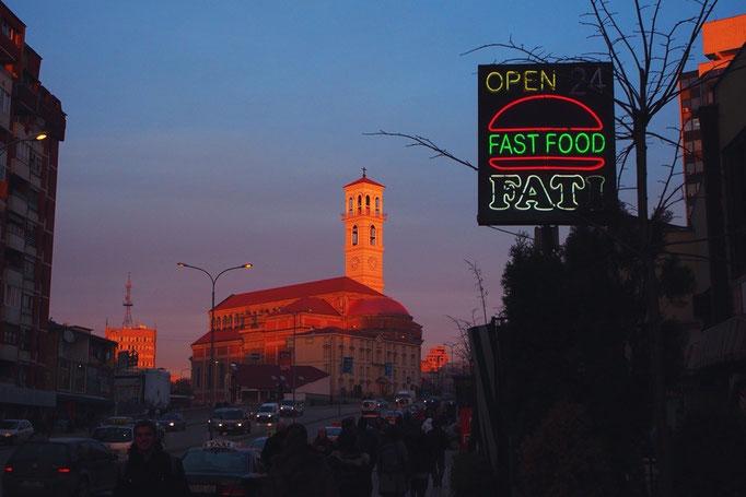 コソボの夕焼け空 マザーテレサカテドラルが 夕日に照らされてピンク色