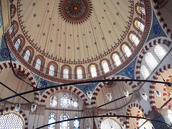 リュステムパシャジャーミーは美しいイズニックタイルをふんだんに使ったモスク