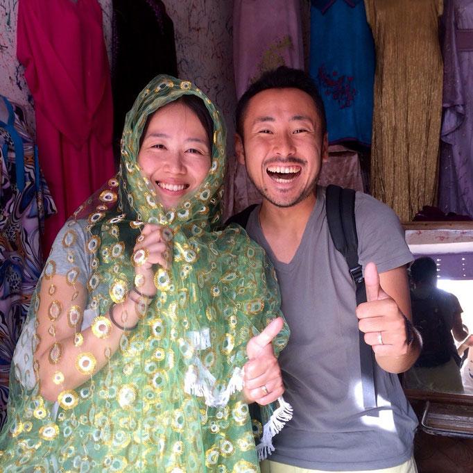 滞在先に帰る前に寄り道 モロッコの民族衣装の仕立て屋さんでパチリ