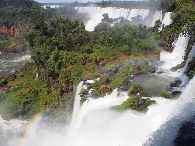 イグアスの滝! どどーん! お日様の光が当たるところではいくつもの虹を見ることができました