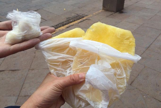 帰り道で食後のデザートにカットパインとうずらの卵(あたたかくておいしい♡)をお持ち帰り