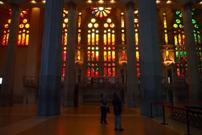 聖堂内部はステンドグラスを通した光が床や柱に反射して そこに立つ人の影ができて...なんとも美しい空間
