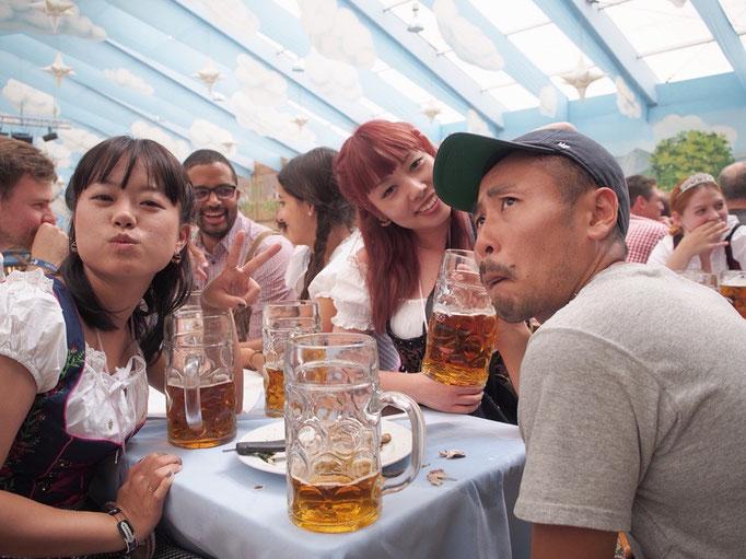 どこのテントでもビールは1Lのマスジョッキ しかもアルコール度数高めの特別なビール