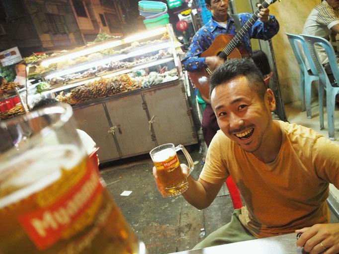 焼きたての串焼きとミャンマービールが届いたら...かんぱーい!