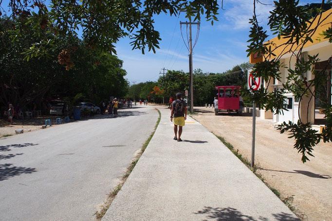 お土産屋さん通りを抜けて遺跡の入り口を目指します この日は晴天 暑いー...