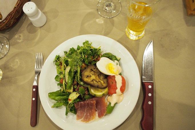 お皿に食べたい分だけ盛り付けた後は さまざまなシュラスコを持ったスタッフが各テーブルを回ってサーブしてくれます
