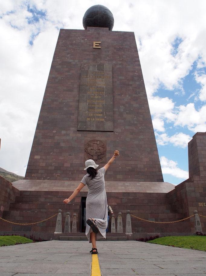 赤道記念碑からは赤道を示す線が伸びていて たくさんの人が思い思いの写真を撮っていました