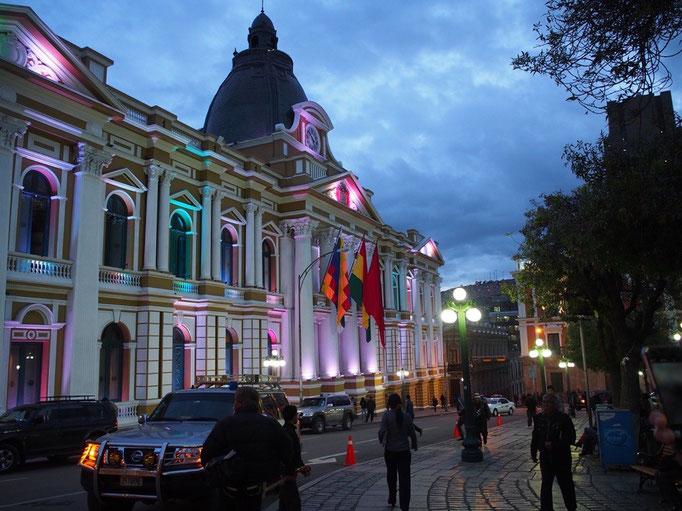 ラパスの国会議事堂 夜になると不思議な色のライトでライトアップされます