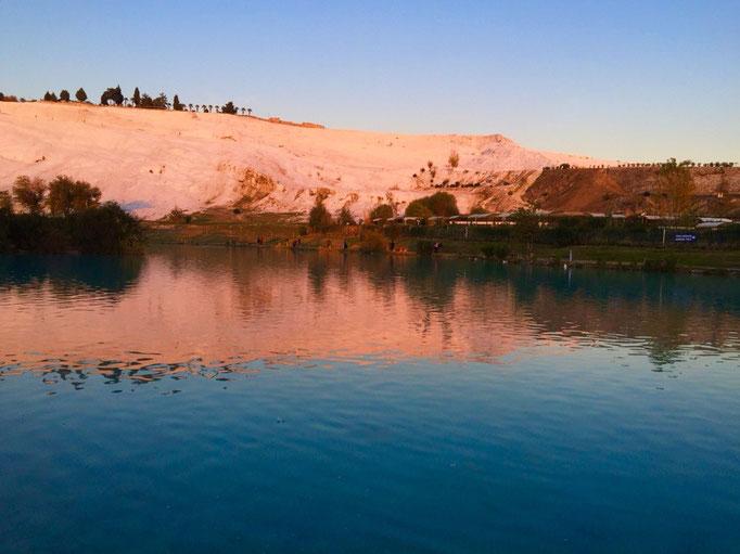 みんなとお別れした後は久しぶりに2人旅の再開 夕暮れ時のパムッカレは白い部分に夕日が当たってピンク色♡