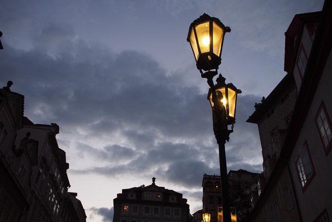 街灯がつく時の火をつける音が どこからともなく聞こえる街角