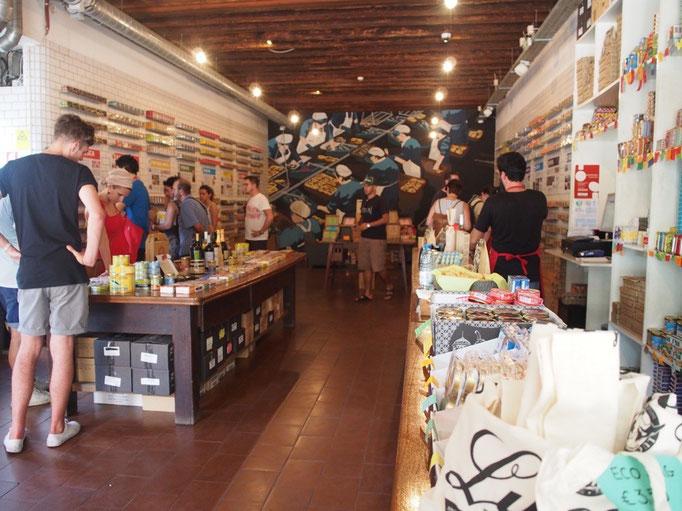 リスボンの缶詰専門店 ポルトガルのカラフルな缶詰の色が 店内にとても映えていました