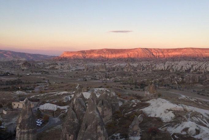 サンセットポイントでは日が沈んでいくにつれて 目の前の岩山の色が徐々にピンク色に...