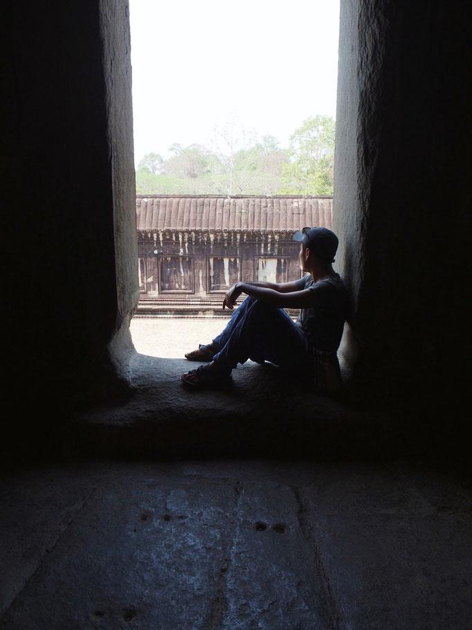 日中のアンコールワットの中を散策 大きく開いている窓は 風が吹き抜けて気持ち良い