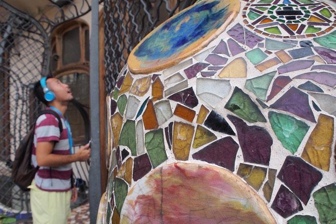 カサバトリョのバルコニーにて 破砕タイルがカラフルであたたかい世界を作っています