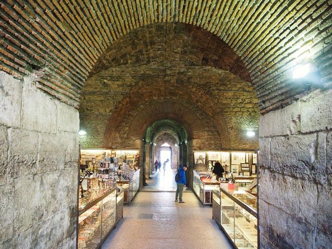 スプリトの宮殿跡地の地下の一部は お土産屋さん通りになっていて 散策するのもわくわく