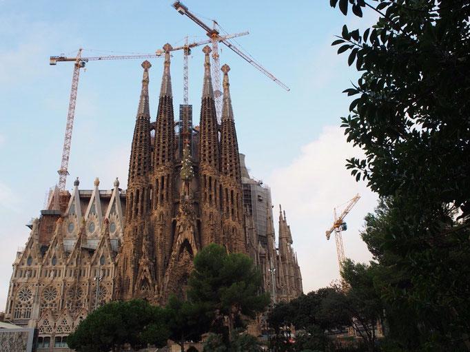 バルセロナは5日間だけの滞在なので 毎日どこかしら観光へ そんなわけでサクラダファミリアへ