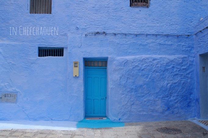 白壁にブルーのアクセントカラーで彩られ メルヘンの世界の中に迷い込んだような青い街シャウエン