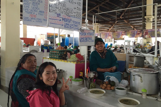 翌日は市場の違うお店でお昼ごはん この素敵なおばちゃまのおかげで この後毎日ここでお昼ごはんを食べることに(笑)