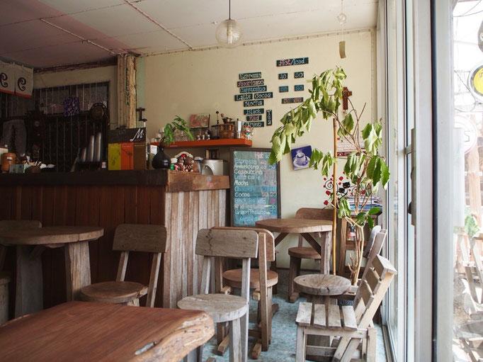 チェンカーンの町のメインストリートにある とても小さくて 居心地の良いカフェ