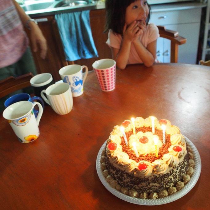 ケーキを待つまなちゃん...かわいい! 少しビターなコーヒー味でおいしかった♡