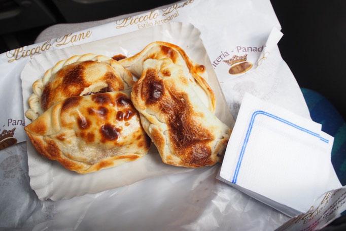 バスに乗っている間にお昼ごはん いろんな味のエンパナーダをいただきます♡