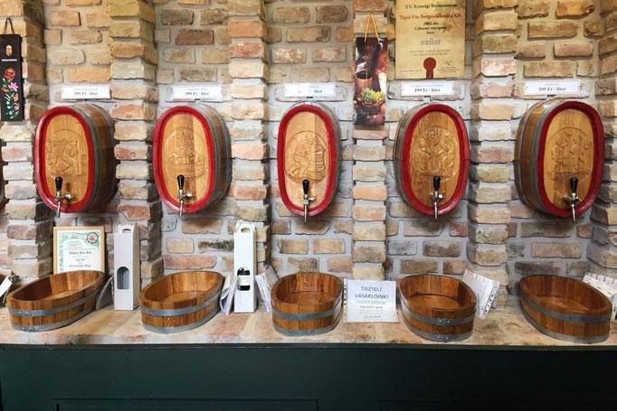 ハンガリーもワインの産地がある国 市場の中に量り売りのワインのお店を発見