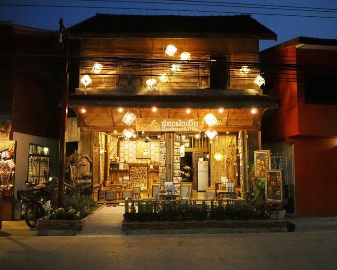 立ち並ぶ木造住宅は どこもリノベーションが施され それぞれ素敵なゲストハウスやカフェになっています