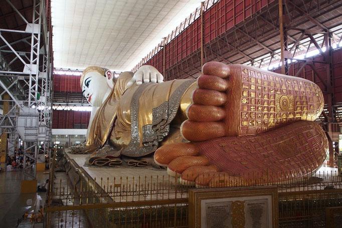 どどーん! なんとも大きさが伝わらないpic...残念 その大きさは ワットポーの涅槃仏よりもひとまわり大きいそう