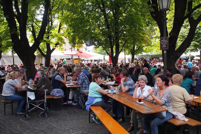 ヴィクトリアリエン市場の中心にあるビアガーデンはおいしいビールを楽しむ人たちで大にぎわい
