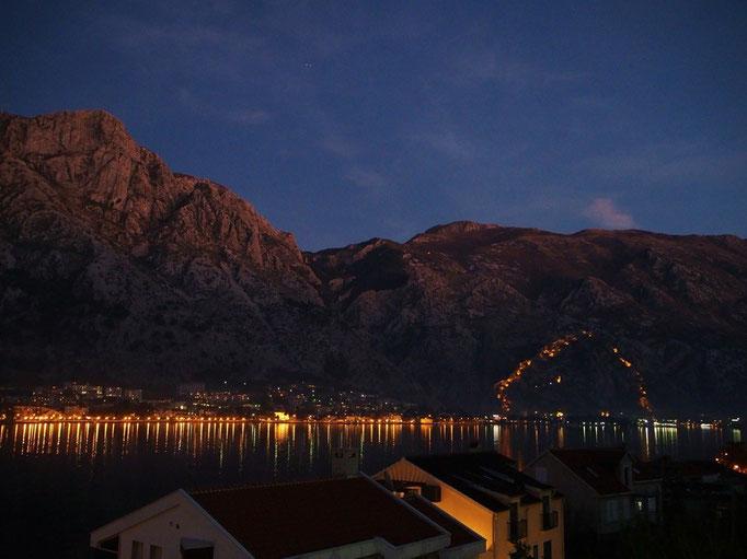 夜の旧市街は 城壁がライトアップされて また美しい景色を観せてくれました