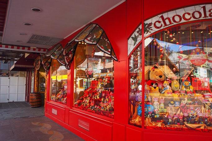 チョコレートが有名な場所でもあり 大小のショコラティエがたくさん 味見をして好きなものを選ぶことができます