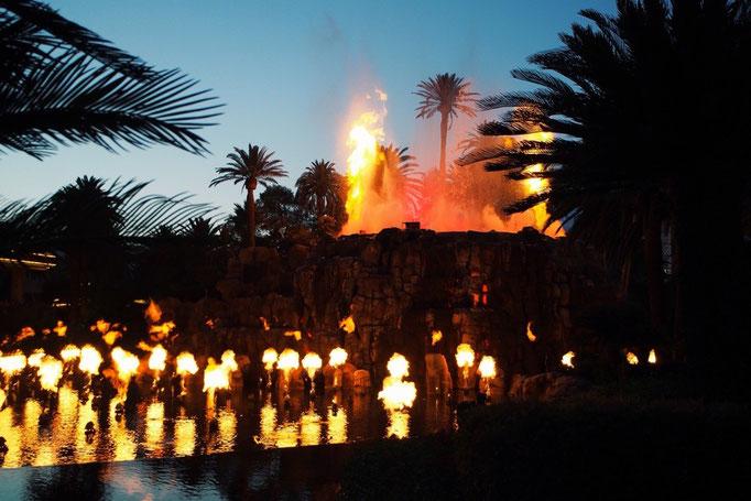 いろんなホテルで無料のショーも行われています まずはミラージュホテルの噴火ショーへ