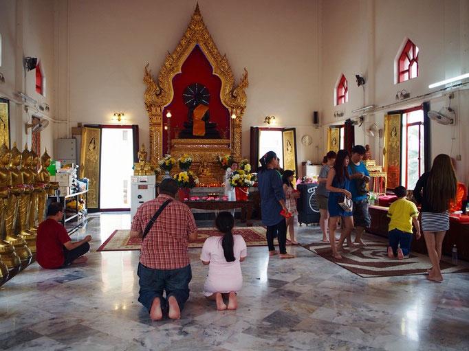 タイ寺院の中の様子 仏像の後ろでは電飾の光がくるくる回ったり 線になって散らばっていったり...
