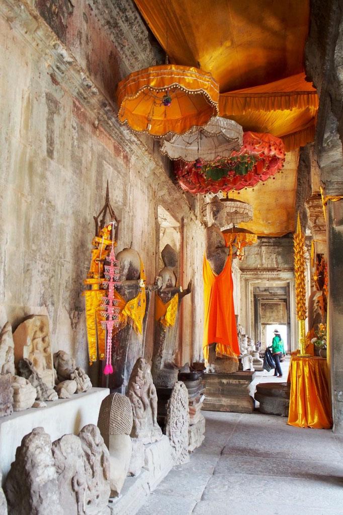 アンコールワットの中の仏像は 鮮やかなオレンジ色の とても素敵な装飾がされていました