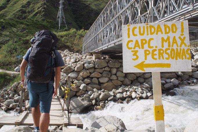 クスコからバスに乗りハイドロエレクトリカへ そこからアグアスカリエンテス(マチュピチュ村)へは歩いていくことに