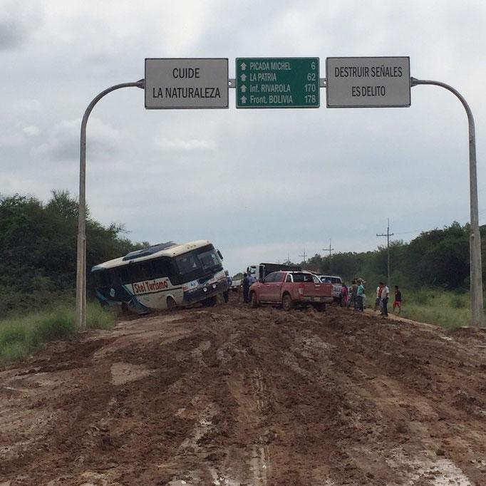 国境へ向かう一本道が土砂で封鎖状態 私たちのバスが停車して様子を見ていたら...