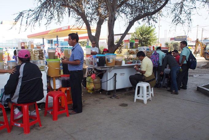 クスコからバスに乗ること15時間 無事イカに到着 イカではサンドイッチの屋台がたくさん