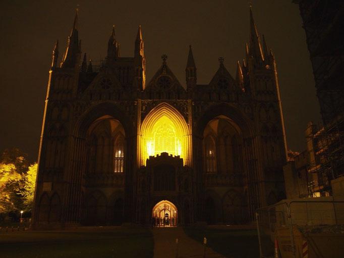 夜のピーターバラ大聖堂 ライトアップがシンプルな分重厚感を感じます