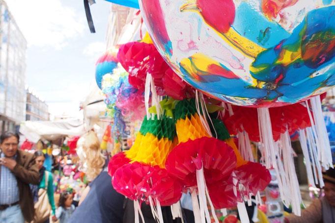 カルナバルのお祭りが始まったラパスの街 市場にはカルナバル用の飾り付けや仮装の衣装の露店がたくさん