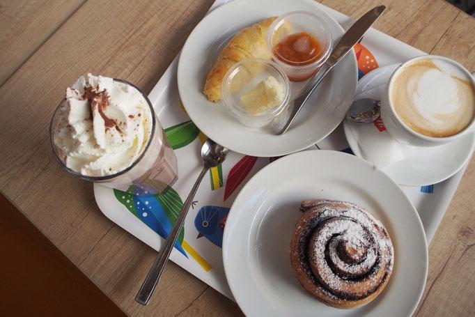 旦那さんはカフェオレとクロワッサン 私はホットココアとシナモンロールを リーズナブルなのにおいしい...♡