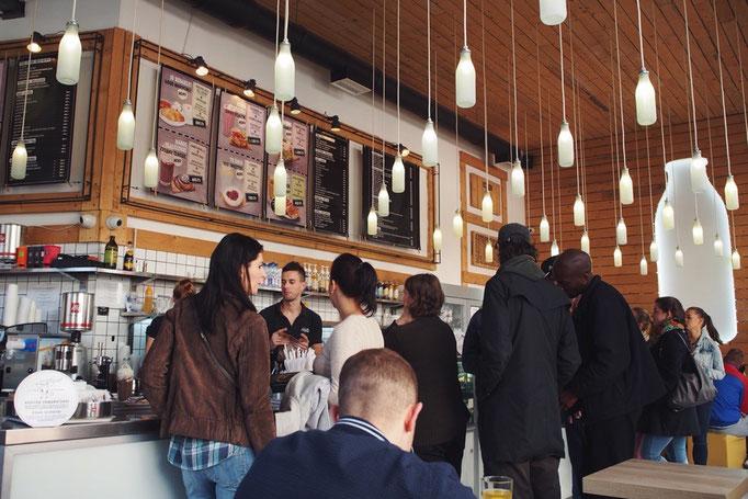 この日の朝ごはんはホストさんおすすめのご近所のカフェへ 朝早くからお客さんがたくさん