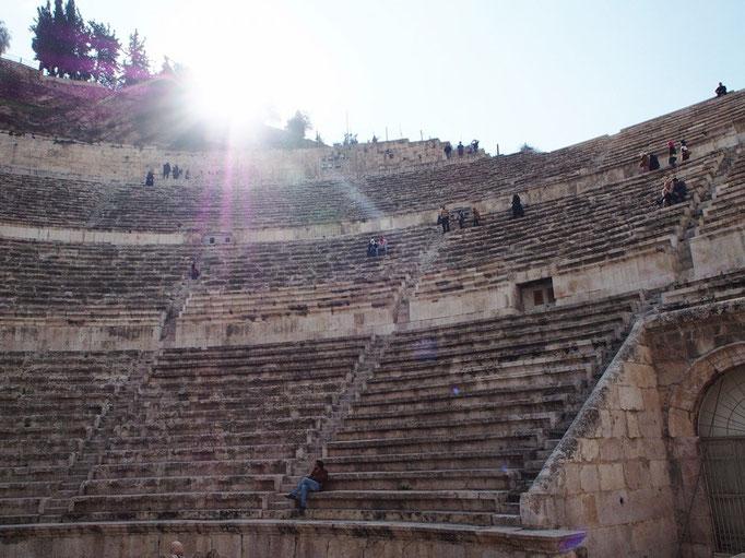 しばらくのんびり歩いて たどり着いたのはローマ劇場の遺跡