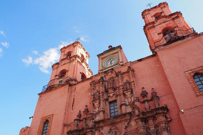 サンロケ教会はピンクのカラフルな外観で 見ているだけでも楽しい♡