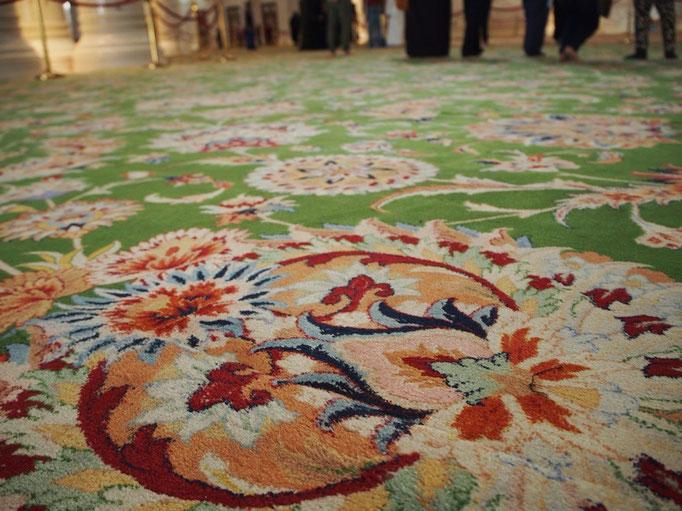 今まで見たモスクのペルシャ絨毯の中では ダントツのかわいさ♡