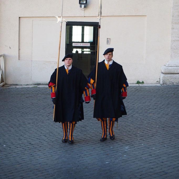 大聖堂の見学が終わると ちょうど衛兵交代の時間 服装の可愛さと動きのテキパキさに目が釘付けに