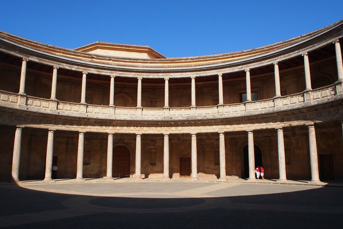 どことなくコロッセオを彷彿とさせる建物