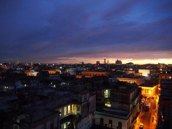 滞在先の宿の窓から見た夕焼け