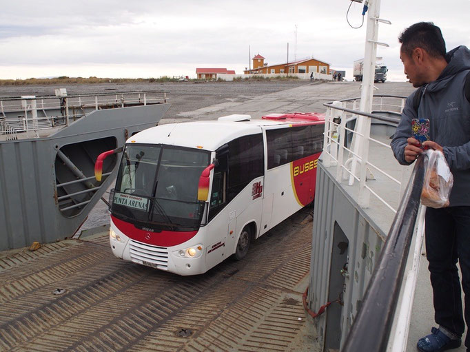 途中でマゼラン海峡をバスと一緒にフェリーで渡ります