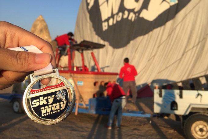 最後にはひとりひとり首からメダルをかけてもらって 気球ツアーは終了となったのでした