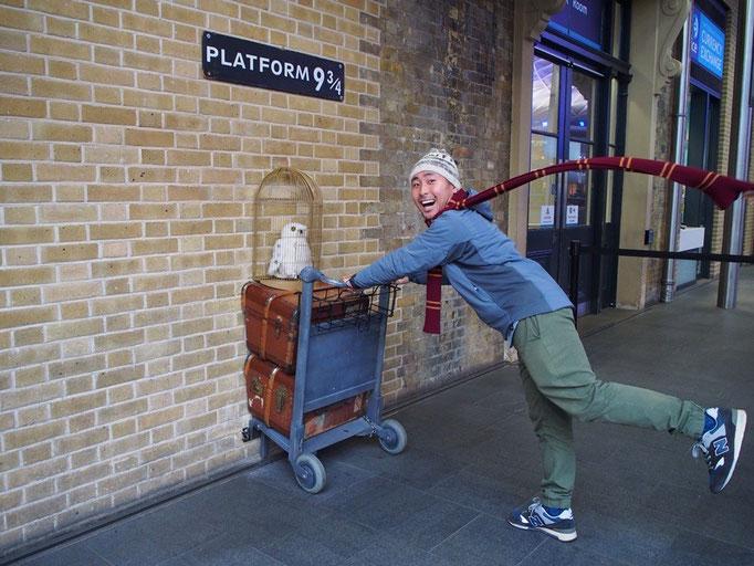 """この駅はハリーポッターの""""9と3/4番線ホーム""""が撮影された駅 フォトスポットもしっかりあります"""